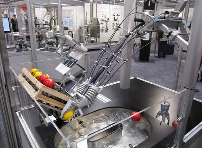 Opengewerkte robotarm van Festo