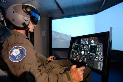 Een vlieger vliegt in een gesimuleerd gevechtsvliegtuig een scenario