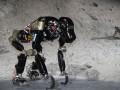 robotaap in maanlandschap