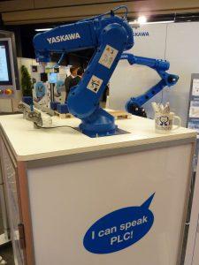 Dankzij het MotoLogix concept van Yaskawa kan een robot geprogrammeerd worden via een PLC (foto's: Paul Quaedvlieg)