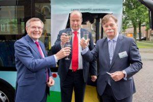 V.l.n.r. Theo Hendriks (CEO Hymove B.V.), Jan Jacob van Dijk (Gedeputeerde Provincie Gelderland) en Cees Anker (Algemeen directeur Syntus)