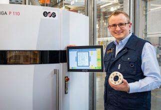 """Tom Krause, verantwoordelijke product manager bij igus: """"Met onze nieuwe SLS-printer kunnen complexe slijtage-componenten in een korte tijd vervaardigd worden."""" (Bron: igus GmbH)"""