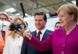 Merkel geeft boks aan robot