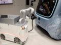 robot sluit stekker aan
